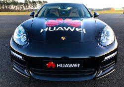 Huawei RoadReader. Uno smartphone dotato di Intelligenza Artificiale per guidare un'automobile.