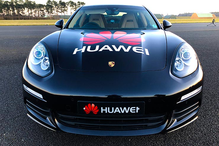 Huawei RoadReader. Uno smartphone dotato di Intelligenza Artificiale per guidare un'automobile.